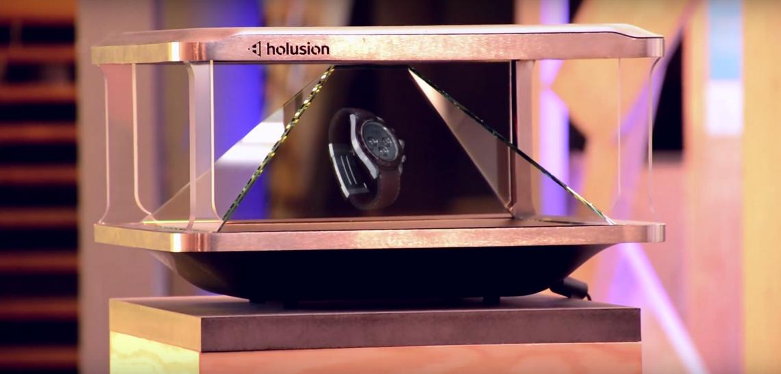 Un hologramme de la société Holusion (qui donne l'illusion d'être à l'heure?)